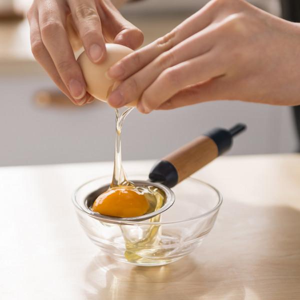 Eiertrenner aus Edelstahl mit Holzgriff